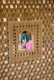 妇女通过jali,印度 免版税库存图片