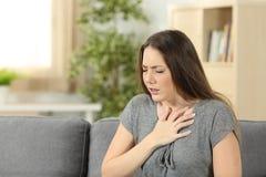 妇女遭受的呼吸作用问题 免版税图库摄影
