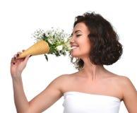 妇女郁金香麦菊花和虹膜气味花束开花 免版税库存照片
