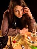 妇女酒精中毒是社会问题 女性饮用的原因贫寒健康 免版税库存照片