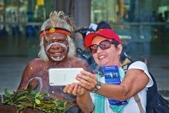 妇女采取与澳大利亚土人的selfie 库存照片
