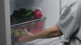 妇女采取在冰箱普通话外面在晚上 特写镜头手 影视素材