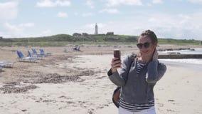 妇女采取在电话的一selfie 股票录像