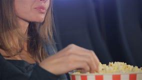 妇女采取玉米花剥落从桶的 股票录像
