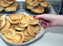 妇女采取从板材的鲜美开胃被烘烤的小圆面包 免版税库存图片