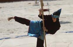 妇女释放样式海滩武术 免版税库存图片