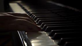 妇女钢琴演奏家弹与一个手特写镜头的大平台钢琴在慢动作 影视素材