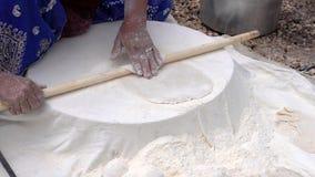 妇女铺开tranditional伊朗人Qashqai平的面包1 -从面团顽童的开始  股票视频