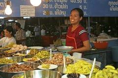 妇女销售泰国食物 库存图片