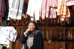 妇女销售纪念品 库存图片
