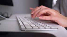 妇女键入在键盘的办公室工作者 影视素材