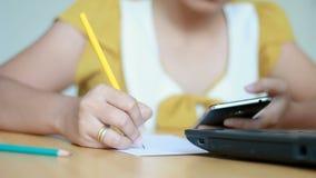 妇女键入的便携式计算机和用途的手在网上书写在纸隐喻和企业营销概念的文字 股票视频