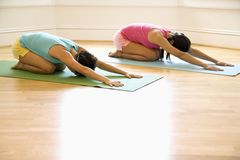 妇女锻炼瑜伽 免版税库存图片