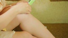 妇女长沙发的在家应用去壳的热的蜡在腿的皮肤 股票视频