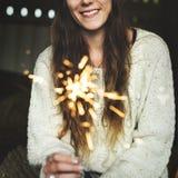 妇女闪烁发光物庆祝幸福烟花概念 库存照片