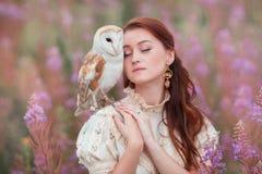 妇女闭上了与猫头鹰的眼睛在她的肩膀 库存图片