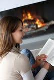 妇女阅读书纵向  免版税库存图片