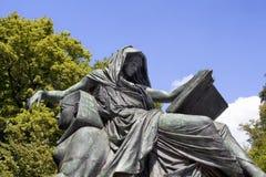 妇女阅读书雕塑 免版税库存图片