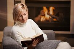 妇女阅读书 库存照片