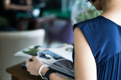 妇女阅读书 图库摄影