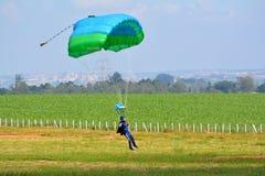 妇女降伞着陆 免版税库存图片