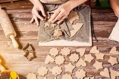 妇女陶瓷工做很多圣诞节玩具 免版税库存照片