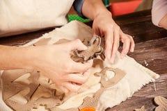 妇女陶瓷工做很多圣诞节玩具 免版税库存图片