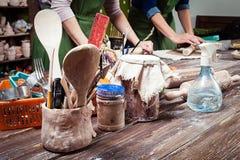 妇女陶瓷工教 免版税图库摄影