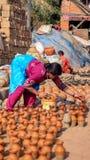 妇女陶瓷工 库存照片