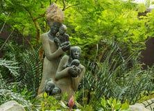 妇女雕塑有婴孩的 库存图片