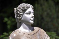 妇女雕象在公园 免版税库存照片