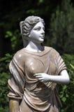 妇女雕象在公园 免版税库存图片