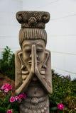 妇女雕象在庭院里 免版税库存照片