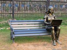 妇女雕象长凳的在Eco公园在加尔各答 免版税图库摄影
