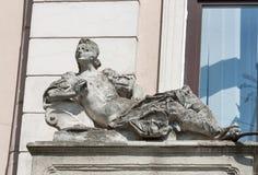 妇女雕象,老利沃夫州,西乌克兰建筑细节  免版税库存图片