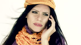 妇女非常恼怒在电话在冬天 股票视频