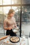 妇女面团为饼做准备 免版税库存照片