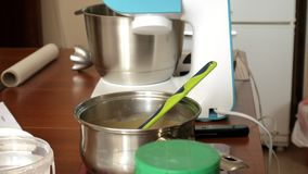 妇女面团和奶油为点心蛋白杏仁饼干做准备在家庭厨房,特写镜头里 影视素材