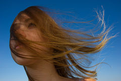 妇女面孔一根流动的头发 库存图片