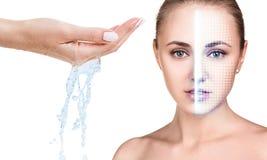 妇女面孔用举的栅格和倾吐的水在手中 免版税库存照片