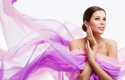 妇女面孔秀丽、时装模特儿和挥动的织品,丝绸布料 免版税库存图片