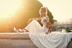 妇女面孔秀丽 俏丽的新娘坐桥梁 库存照片