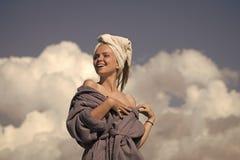 妇女面孔秀丽 塑造与晒日光浴在晴天的赤裸肩膀 免版税库存照片