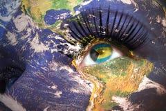 妇女面对与行星地球纹理和巴哈马旗子在眼睛里面 免版税库存图片