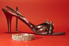 妇女鞋子和金刚石镯子 免版税库存照片