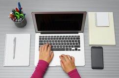 妇女顶视图与在家膝上型计算机一起使用在办公室或 免版税库存图片