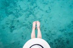 妇女顶视图在清楚的水色海洋的 库存照片