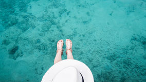 妇女顶视图在清楚的水色海洋的 免版税库存照片