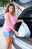 妇女顾客在她的suv树干的装货袋子  库存照片