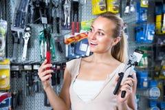 妇女顾客在家庭用品大型超级市场 库存图片